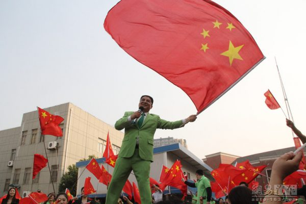 Chen Guangbiao is waving the red flag and singing indulgently.