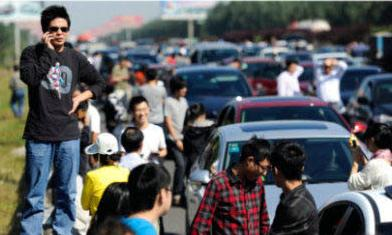 people making phone calls during national day traffic jams