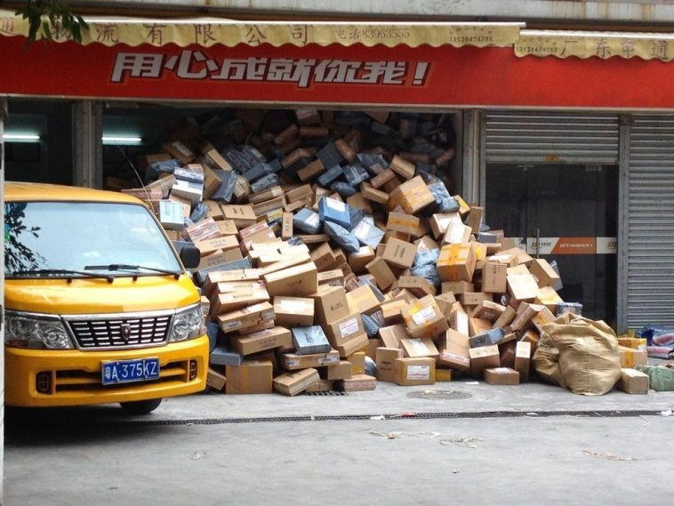 At a STO Express salesroom in Guangzhou Lizhiwan District, the parcels are stacked like a hill.