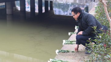 A city resident is paying his respect to Du Guanghua.