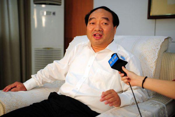 Chongqing Beibei District Party Secretary Lei Zhengfu being interviewed.