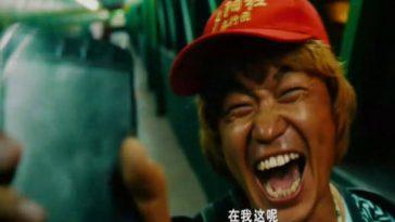 Wang Baoqiang returning Xu Zheng's cell phone in Chinese blockbuster comedy Lost in Thailand.