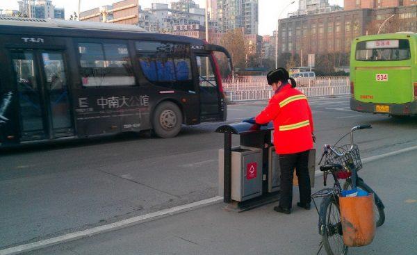 Yu Youzhen is scrubbing trashcans.
