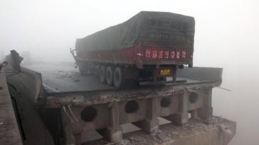 A truck at the edge of an intact section of the Henan Lianhuo Highway Yichang Bridge where a section had collapsed.