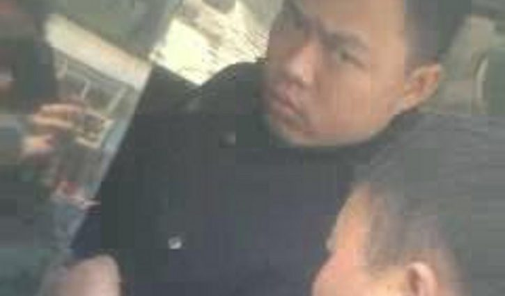 A photo of a Lanzhou Road Transport Administration officer allegedly abusing his authority to fleece motorists of money.