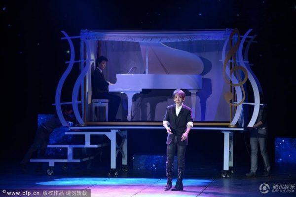 "Chinese pianist Li Yundi and Taiwanese magician Liu Qian during the ""Magic Piano"" magic show at the 2013 CCTV Spring Festival Gala."