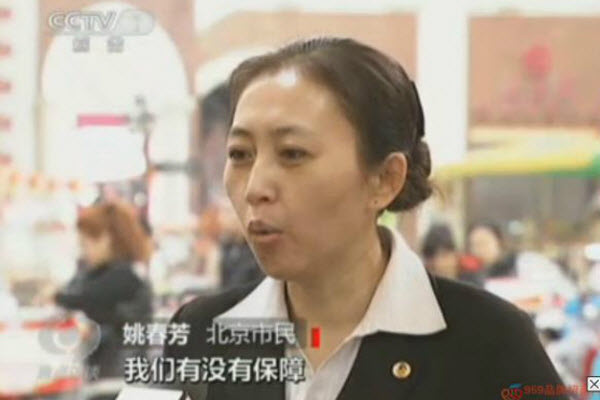 Chinese netizens joke about long lost twin sisters being reuinted on CCTV when the program mistakenly captions the same woman with two different names and locations.
