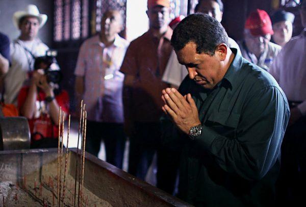 2006 August 27, Taishan, Shandong Province, China: Venezuelan President Chávez says a prayer.