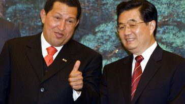 2006 August 24, Great Hall of the People, Beijing: At a signing ceremony, Venezuelan President Chávez (left) gives a thumbs-up to Chinese President Hu Jintao.