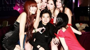 "Chinese ""Rich Second Generation"" Zhang Jiale, surrounded by beautiful girls."