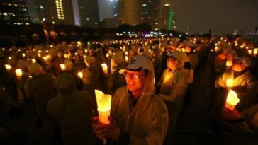 Chinese in Shanghai with candles in observance of 2013 Earth Hour.