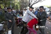 Chengguan is choking the female peddler.