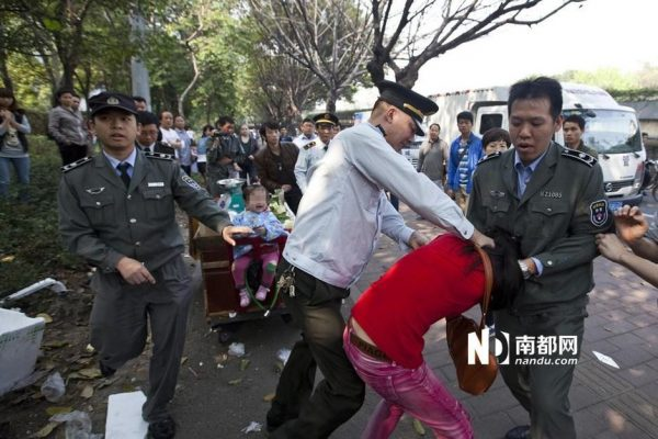 Chengguan is choking the female peddler.