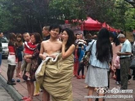 Naked couple during the 2013 Ya'an earhquake
