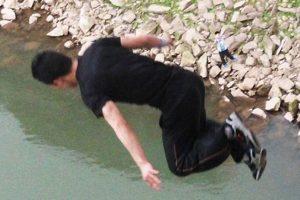Wang Zijian is diving into the river.