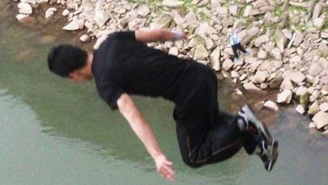 Wang Zijian is diving into the river.