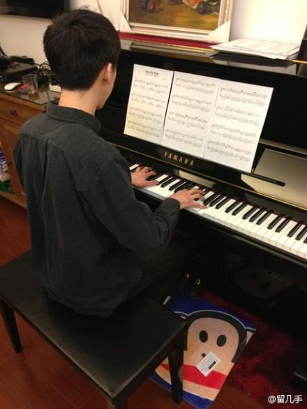 Liu Jishou plays the piano