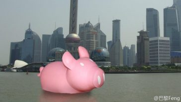A pink piggy in Shanghai's Huangpu River, a Chinese netizen photoshop joke targeted at Hong Kong's yellow rubber ducky.