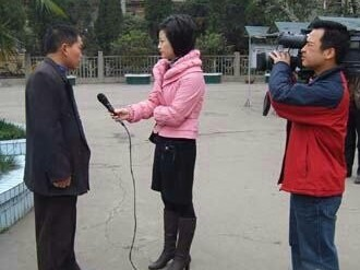 A reporter interviews a citizen.