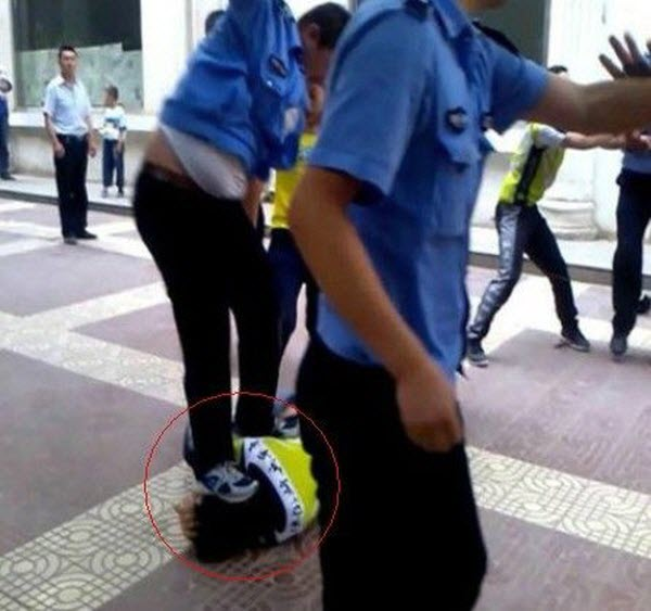Yan'an Chengguan officer jumps and stomps on a bicyclist's head during a fight.