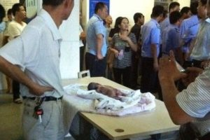A newborn infant in an incubator with high temperature, he was roasted to death when he was alive.