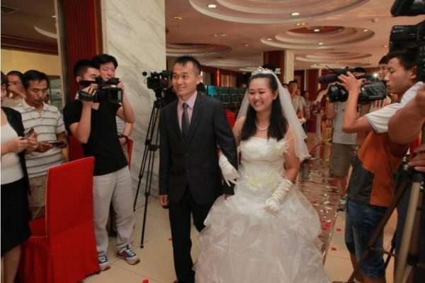 Yan Shuying is walking into the wedding hall with her brother.