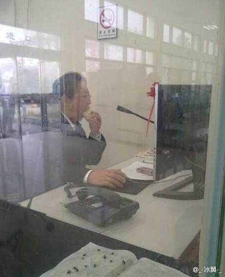 A Chinese civil servant photographed eating a pear and playing on the computer while keeping her phone, the office/department's hotline for the public, off the hook so she won't be disturbed.