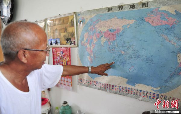 Chai Hongyuan is pointing out on the map of the Australian city in which his son lives.