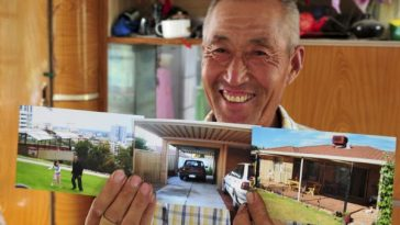 Chai Qingyun showing off photos of his son's house in Austraila.