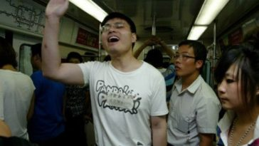 """秦火火"" is advertising to attract fans on the subway."
