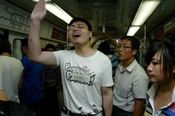 """""""秦火火"""" is advertising to attract fans on the subway."""