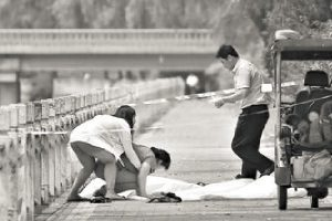 Yan's family members are grieve at the scene of the accident