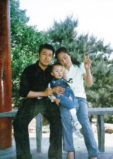 Xia Junfeng, the Chinese street peddler who was put to death for the homocide of two city management officers during a dispute in 2009, here in a photo with his wife Zhang Jing and son Xia Jianqiang.