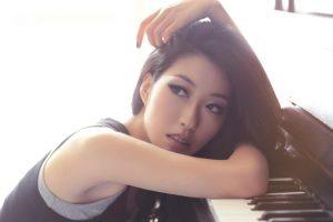 Qu Wanting resting on piano keys.