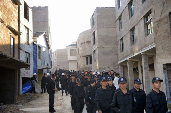 chinese-student-forced-demolition-in-fake-police-uniform-05