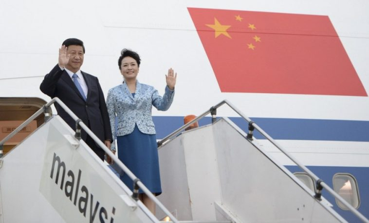 Chinese President Xi Jinping and wife Peng Liyuan arriving in Malaysia by plane.