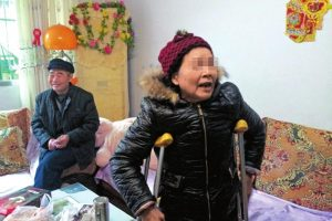 An elderly Chinese woman in Sichuan province who swears on the life of her entire family that it was a child who ran into her and made her fall, despite police convicting her of falsely accusing others to extort money from them.