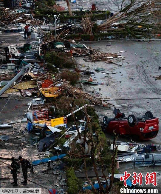 The airport of Acloban City of the Philippines is a mess after the attack of the typhoon.