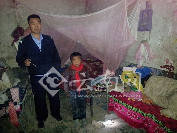 A Chinese police officer in Yunnan visits a poor child who walked to school in the dark night because he can't afford an alarm clock and was afraid of being late to school.