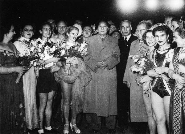 mao-zedong-02-1956-soviet-circus-acrobatics-troupe