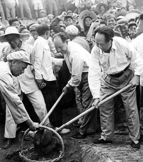mao-zedong-07-1958-ming-tombs-resevoir