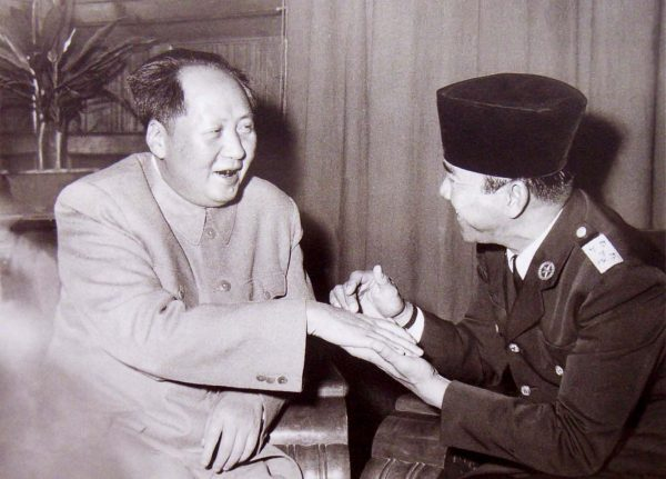 mao-zedong-12-1956-indonesian-president-sukarno-palm-reading