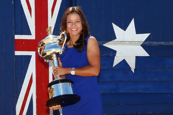 li-na-melbourne-beach-australian-open-trophy-champagne-10