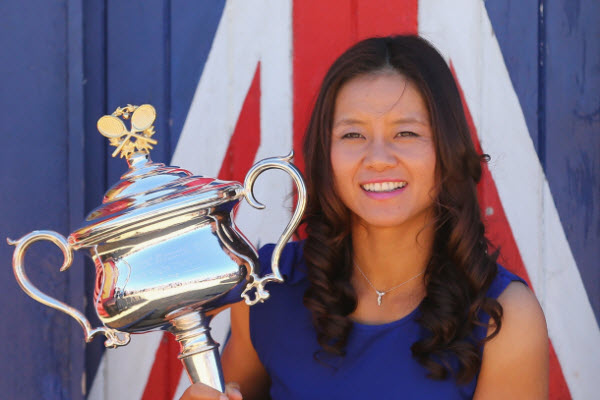 Li Na holding Daphne Akhurst Memorial Cup triophy after winning 2014 Australian Open.