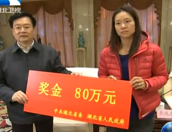 Li Na receiving 800,000 RMB in award money from the Hubei government upon her return to Wuhan to celebrate Chinese New Year with her family following her Australian Open championship.