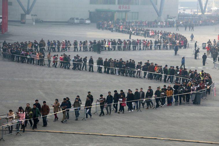 Long lines at the 2014 Spring Henan province job fair.