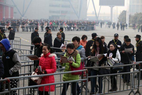 china-henan-zhengzhou-job-fair-long-line-02
