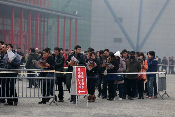 china-henan-zhengzhou-job-fair-long-line-03