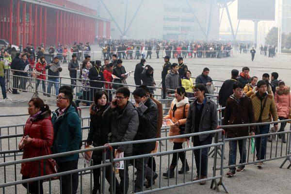 china-henan-zhengzhou-job-fair-long-line-05