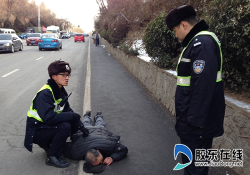 china-yantai-police-help-up-unconscious-old-man-falsely-accused-01